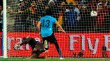 Así venció el delantero uruguayo a arquero de Ghana
