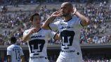 Carlos González festeja un gol con Pumas
