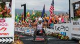 Zanardi alza los brazos al concluir el Ironman
