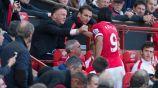 Falcao saluda a Van Gaal durante un partido del Manchester United