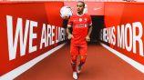 Thiago Alcántara posa con la camiseta del Liverpool