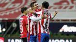 Jugadores de Chivas celebrando un gol