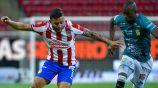 Vega pelea el balón en el partido contra León