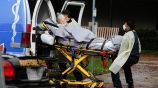 Una mujer es trasladada en ambulancia a un hospital en California