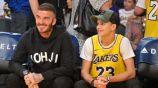 David Beckham y su hijo Romeo en un partido de los Lakers
