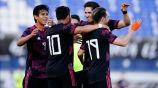 Jugadores de México celebrando el gol de Angulo