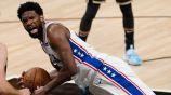 Joel Embiid en el duelo entre 76ers y Hawks