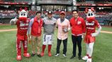 Jorge Campos lanza la primera bola en el juego de los Diablos