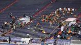 Espectadores resguardándose en el Ladd-Peebles Stadium