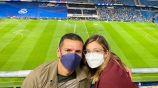Jaime Lozano posa junto a su esposa Ana Bertha Espín en el Santiago Bernabéu