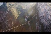 Embedded thumbnail for Rompen récord mundial al cruzar 1 km en cuerda floja
