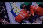 Embedded thumbnail for Peleador de MMA atrapa con llave a réferi