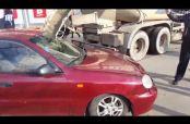 Embedded thumbnail for Hombre ruso cubre auto de su esposa con cemento