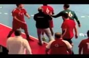 Embedded thumbnail for Jugador de handball pega manotazo en la cara al árbitro