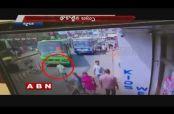 Embedded thumbnail for Hombre 'hipnotizado' con celular es atropellado en la India