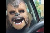Embedded thumbnail for Risa vuelve viral a una mujer con máscara de Chewbacca