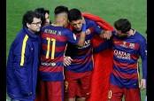 Messi y Neymar dando ánimos a Suárez tras su lesión