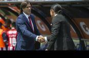 Matías Almeyda y 'Paco' Palencia se saludan previo al inicio del encuentro