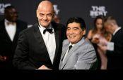 Infantino estuvo acompañado de Maradona en la alfrombra verde