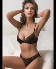 Es actriz y modelo rumana
