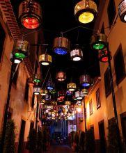 'La calle de las lámparas' está iluminada con 133 tambores de lavadoras recicladas