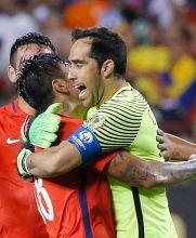 Claudio Bravo festeja el pase a la Final de Chile