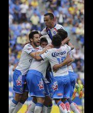 Jugadores de Puebla festejan gol contra América
