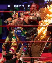 Psycho Clown avienta a Pagano a la 'cama de fuego'