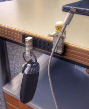 Legos, usados como sujetadores de cables y llaves