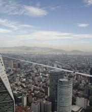 Un alemán cruzó de la Torre Bancomer a la Torre Reforma por una cuerda floja