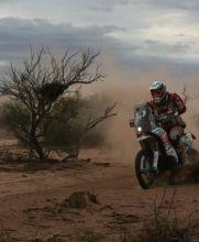 El francés Jean-Christophe Menard maneja su motocicleta en Río Cuarto, Argentina