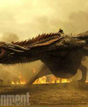 Daenerys Targary (Daenerys Targary) aparece arriba de un impresionante dragón