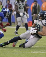 B.J. Goodson, de New York Giants, intenta detener a  Jimmy Graham,