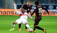 Marco Fabián pelea un balón frente al Stuttgart