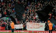 Aficionados Red protestando con mantas en Anfield