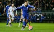 Eden Hazard, disparando en un duelo del Chelsea