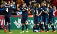 Jugadores del Real Madrid felicitand a Benzema