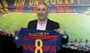 Stoichkov sostiene una playera del Barcelona en un acto publicitario