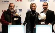 Zurutuza posa con los trofeos hechos por mexicanos para el ATM