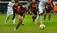 Chicharito cobra un penalti con el Bayer Leverkusen