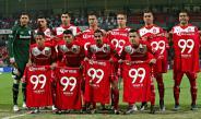 Jugadores de Toluca posan con las camisetas de aniversario
