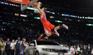 Blake Griffin hace espectacular clavada, saltando auto