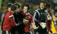 Momento en que Miguel Herrera es detenido por sus jugadores