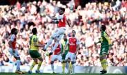 Olivier Giroud cabecea el balón durante el duelo Arsenal contra Norwich