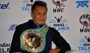 El Bandido Vargas luce su cinturón de Campeón