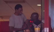 Pippen saluda a Jordan en el palco del American Airlines Arena
