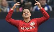 Chicharito festeja tras anotar con el Leverkusen