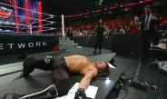 Roman Reigns observa a AJ Styles