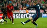 Fernando Torres cobrando un penalti con el Atlético