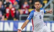 Clint Dempsey festeja una anotación con Estados Unidos